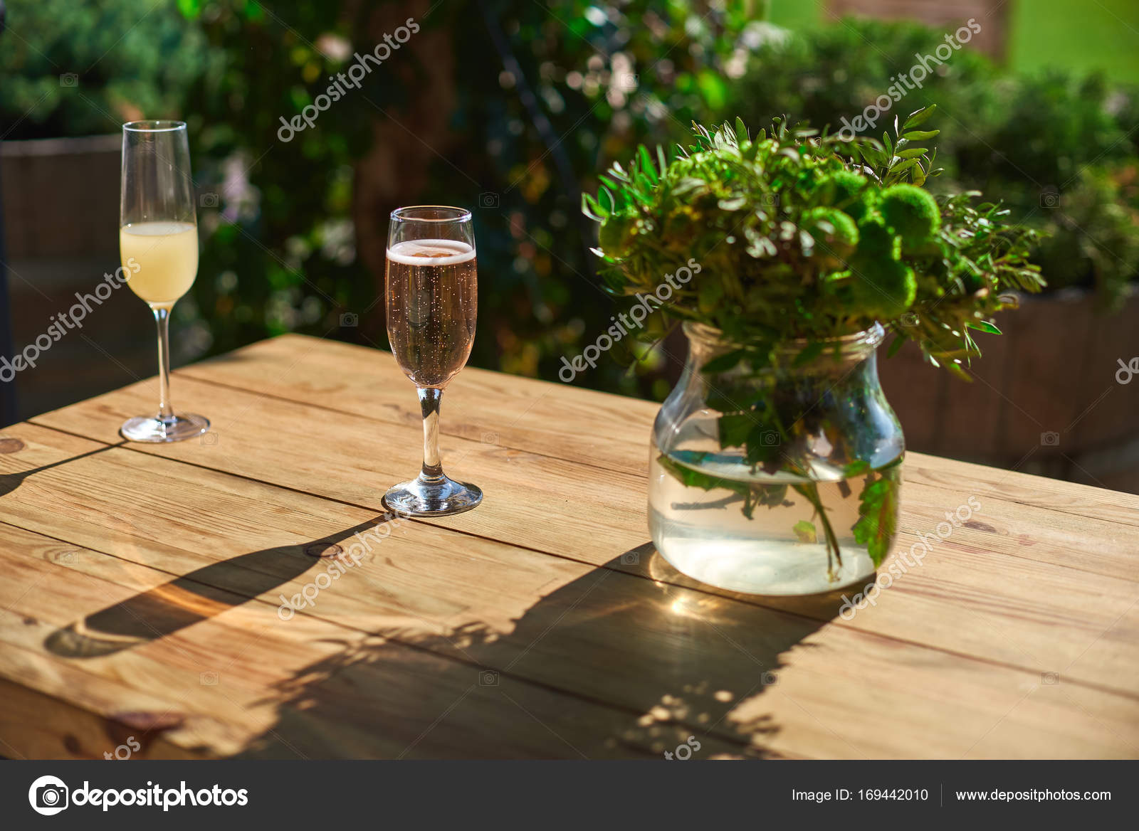 gem tliche terrasse glas mit champagner auf einem holztisch stockfoto izik md 169442010. Black Bedroom Furniture Sets. Home Design Ideas