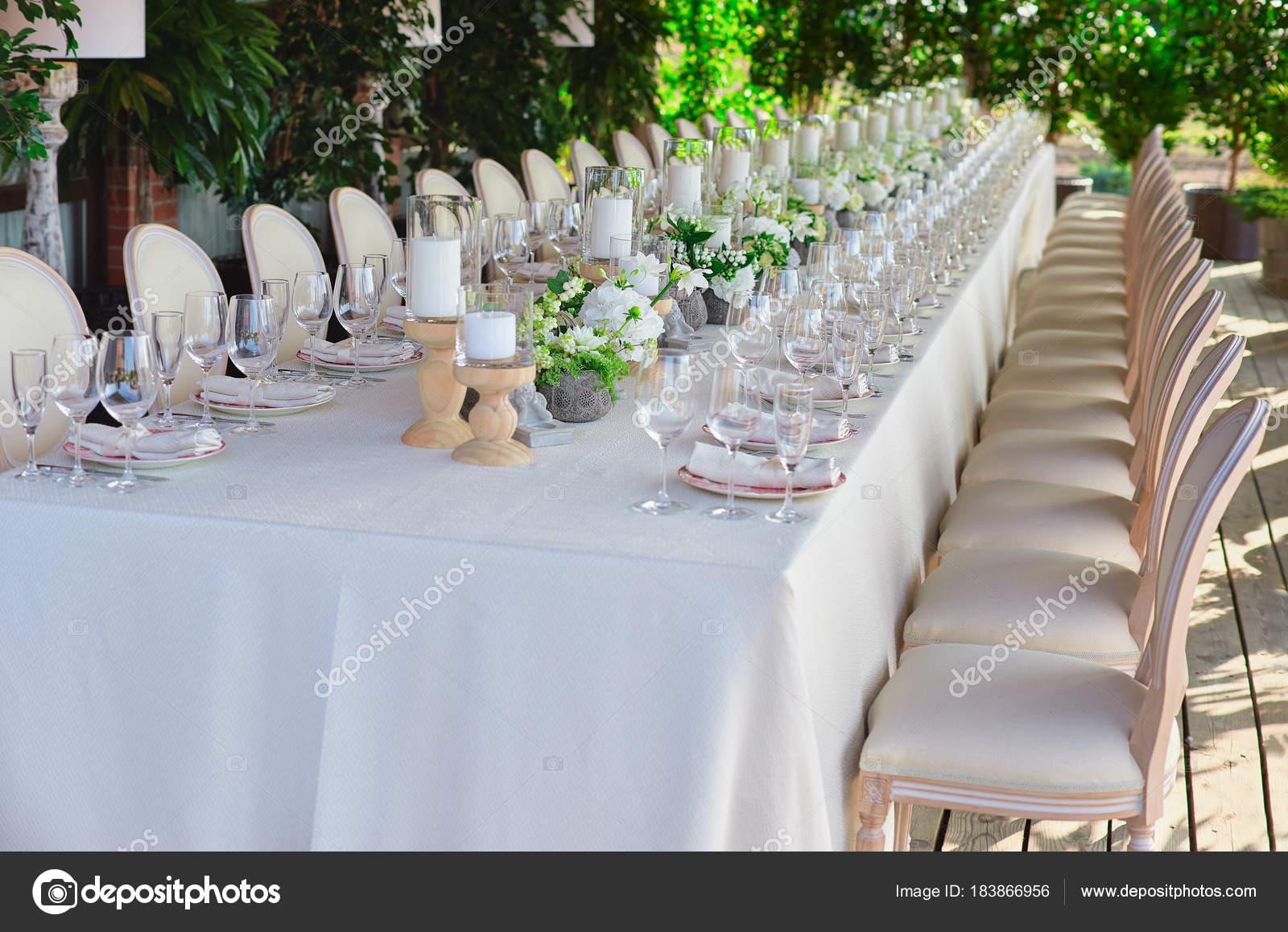 hochzeit im freien feiern in einem restaurant festlich gedeckten tisch setzen in der. Black Bedroom Furniture Sets. Home Design Ideas