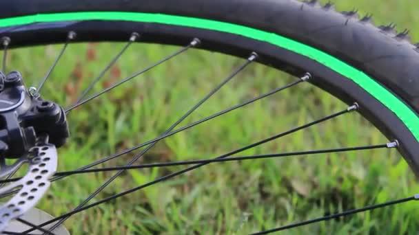 Kolo leží ve večerních hodinách na trávě. Detailní záběry z kola. Zelené kolo.