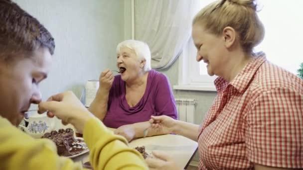 A konyhaasztal, egy kis családi ünnep ünnepli a szeretteik körében család.