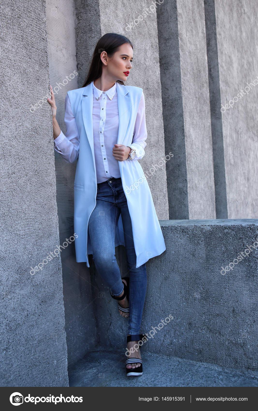 c18ad4d4a3e283 junge Frau in blauer Jacke — Stockfoto © MaxFrost  145915391