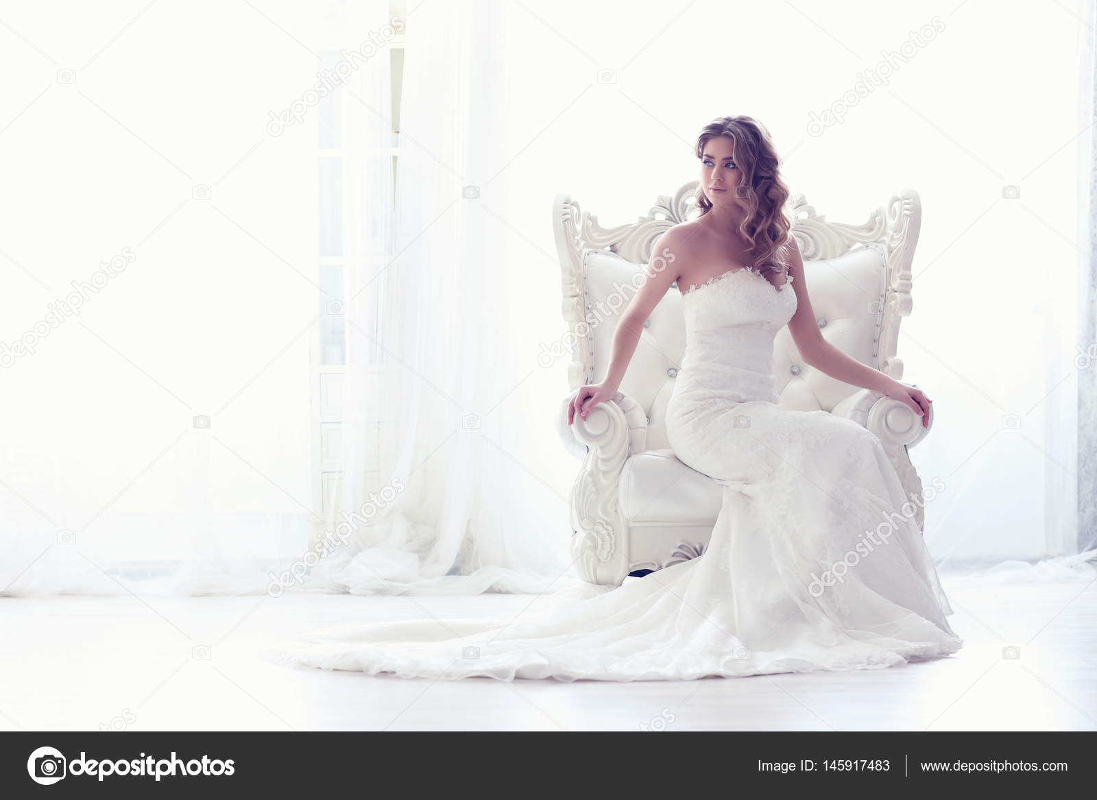 Junge Braut im antiken Sessel — Stockfoto © MaxFrost #145917483