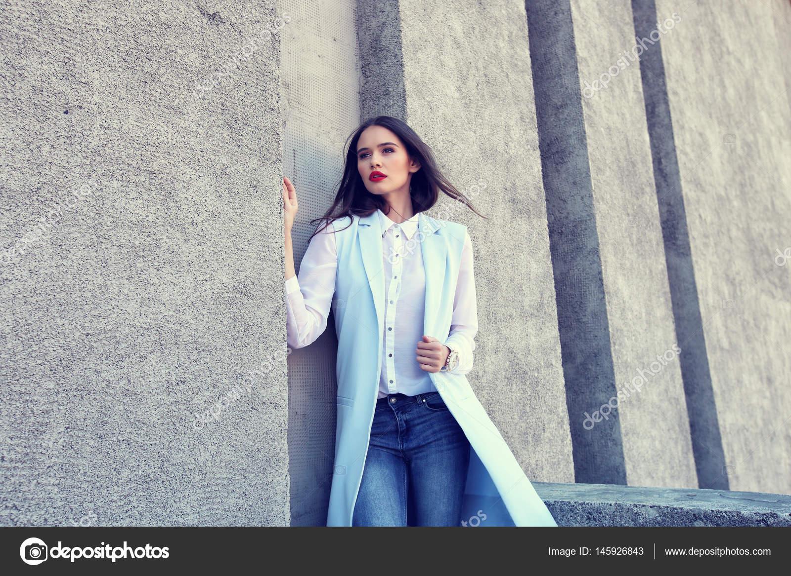 f97fea18d172b8 elegante Frau in blauer Jacke — Stockfoto © MaxFrost  145926843