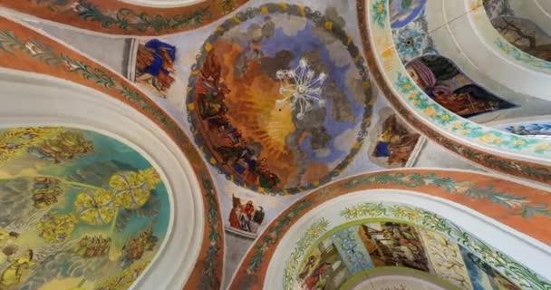 grodno, Weißrussland - August 2019: Drehung und Drehung der Innenansicht und Blick in eine Kuppel mit Wandmalereien, Malerei und Stuck an Wänden und Decke