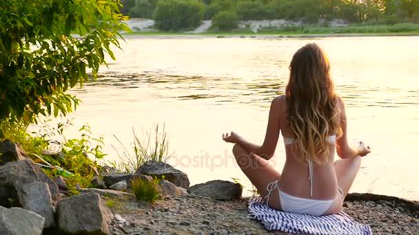 Mädchen entspannt am Flussstrand