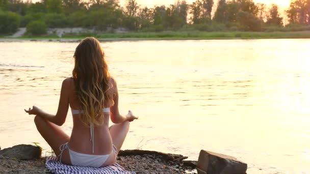 Mladá žena přemýšlí o pozadí řeka