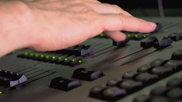 Zvuk je režisér pracuje na směšovač zvuku, zblízka