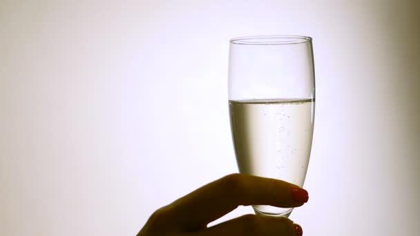 Glas Champagner in weiblichen Händen