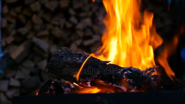 Hořící oheň a světlé uhlí. Closeup