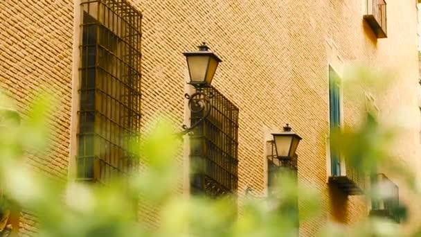 staré pouliční lucerny na cihlovou zeď