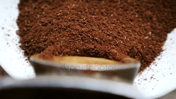 Kaffeemahlen in einer alten Kaffeemühle