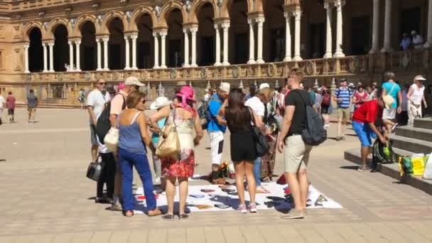 Sevilla, Spanyolország 2020. február 02. Spanyolország területe. A turisták szuvenírt vásárolnak a város központjában. Spontán piac