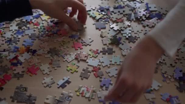 Tvrdě pracující babička a vnučka sbírat puzzle