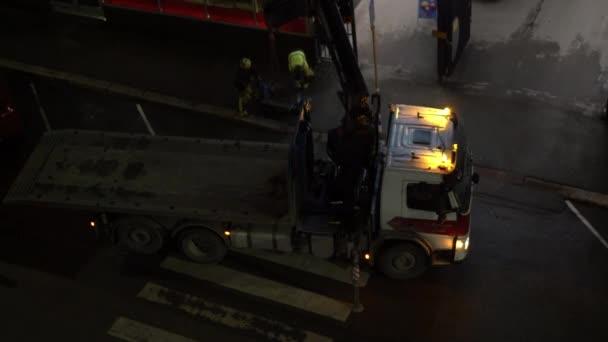Arbeiter führen Rettungsarbeiten mit LKW an Fußgängerüberweg durch