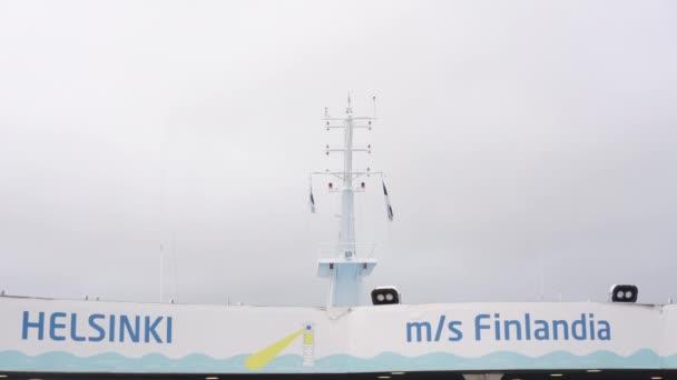 großer weißer Fährturm Helsinki Tallinn mit finnischen Flaggen