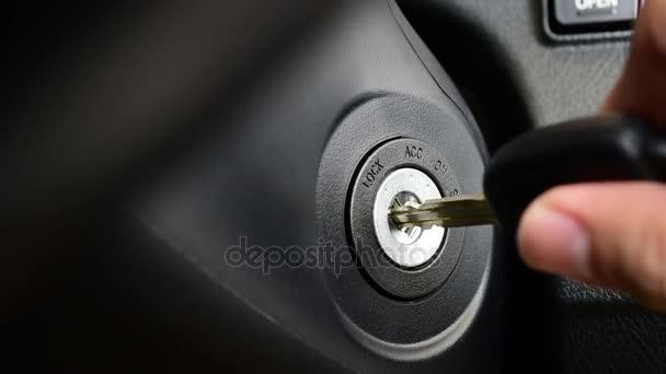 Automobilový závodník nastartování auto s klíčem od twist metodu a zastavení motoru