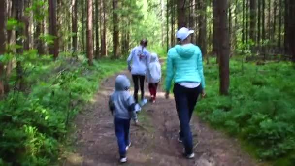 Rodinná procházka v lesoparku. Zábavný výlet do parku s dětmi