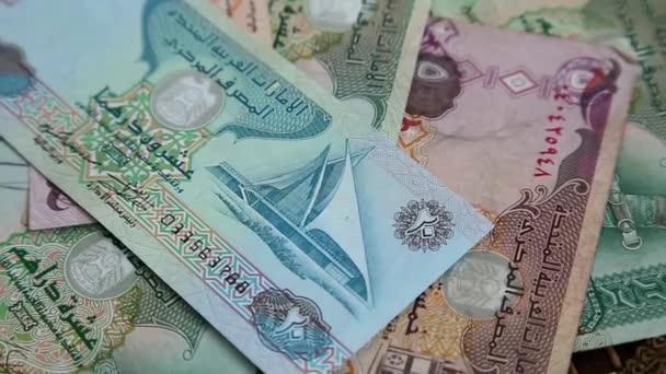 Uae dirhams na rotační plochy pozadí arabské peníze