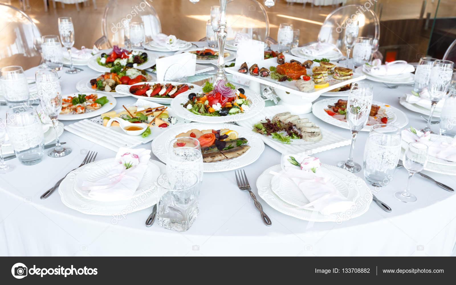 Gedeckten Tisch Mit Essen Und Geschirr Bei Hochzeitsfeier