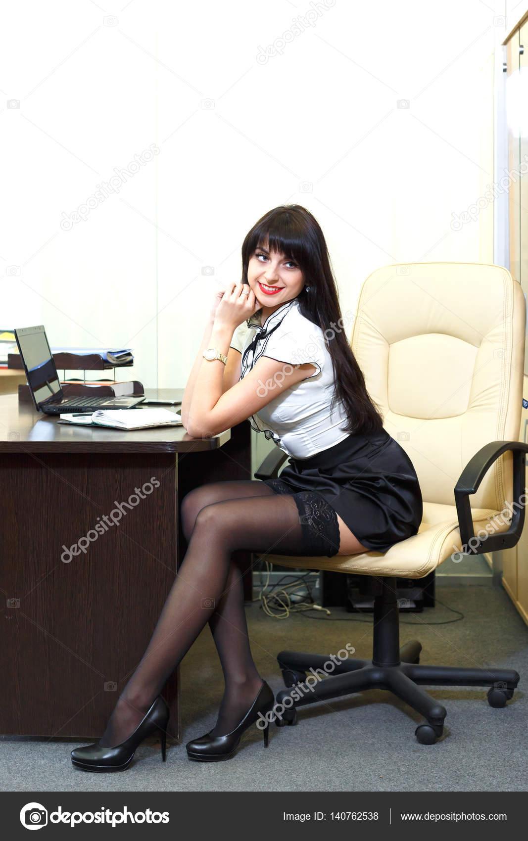 a8364597ae4 사무실에 직장에 앉아 검은 스타킹에 젊은 섹시 한 여자 — 스톡 사진 ...
