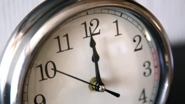 Bílá úřad hodiny, dvanáct úderů