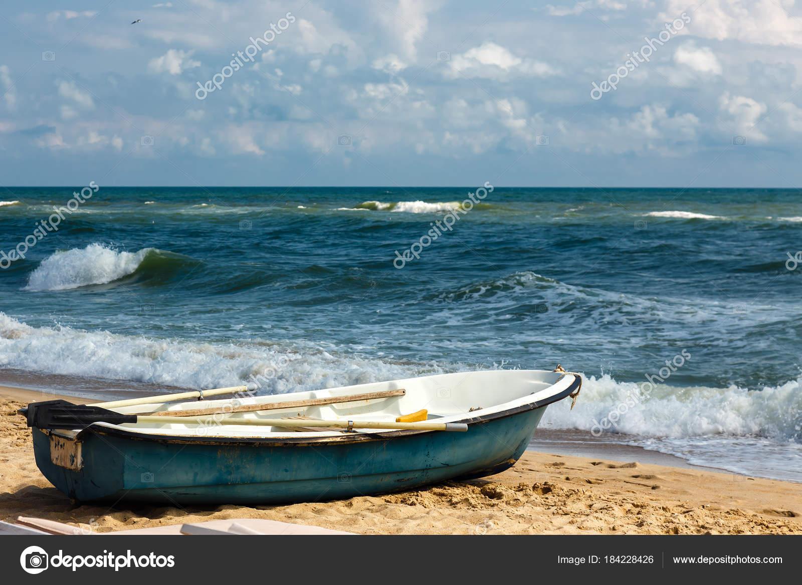 Stary Wiersz łodzi Na Piaszczystej Plaży Wietrznej Pogody