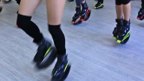 Skupina mladých sportovní kavkazské ženy dělají fitness cvičení s kangoo skoky