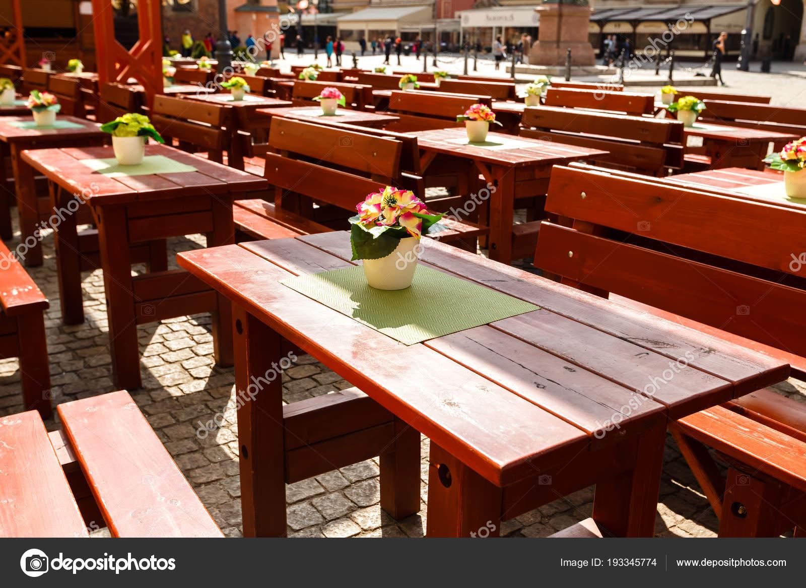 Grote Houten Tafels : Lege grote houten tafels en banken op bestrating stenen in een café
