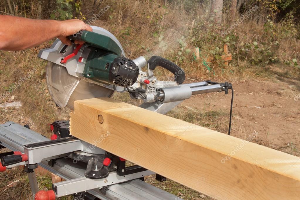 Construcci n trabajador viga de corte con sierra for Cortar madera con radial