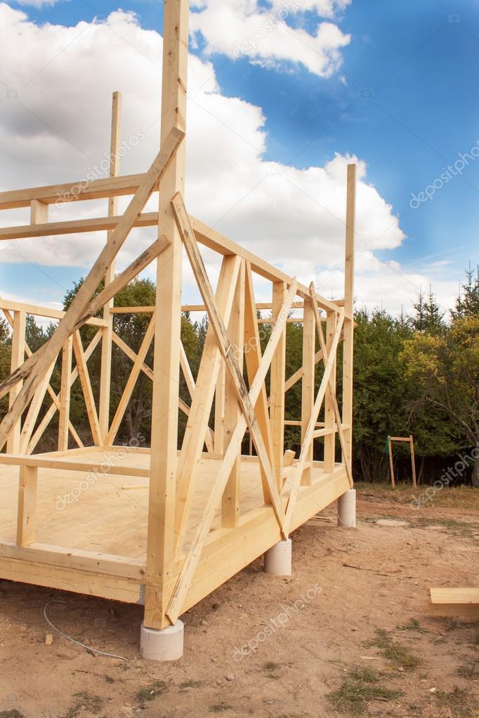 Construcción de casa ecológica. Marco de madera de la casa en ...