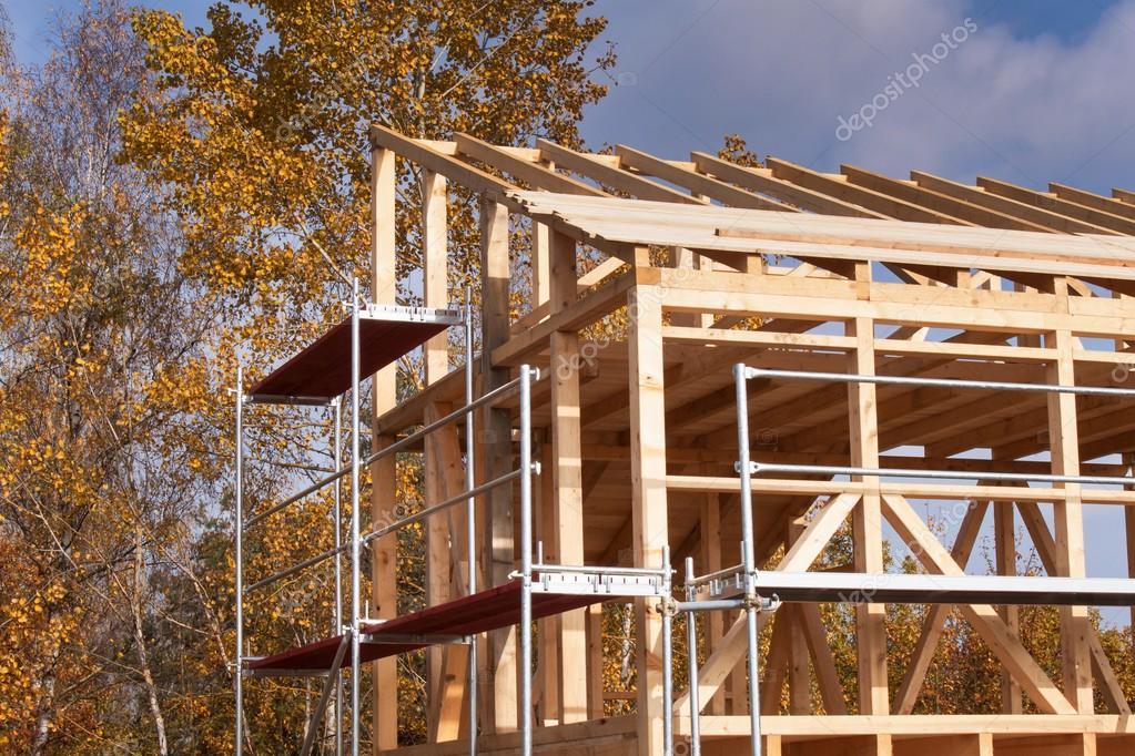 Andamios metálicos alrededor de la casa sin terminar. Construcción ...