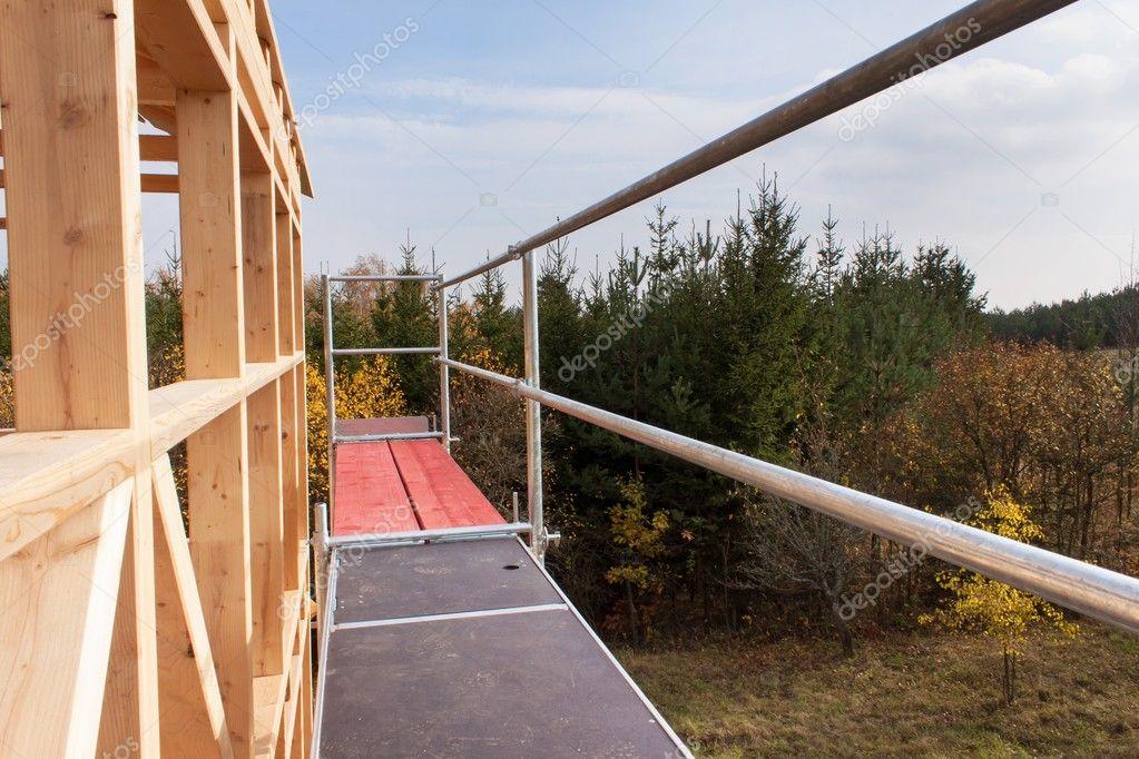 Metallgerüste um das unfertige Haus. Bau von ökologischen Haus ...