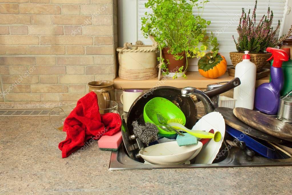 Vuile vaat in de gootsteen na familiefeesten schoonmaken for Keuken schoonmaken