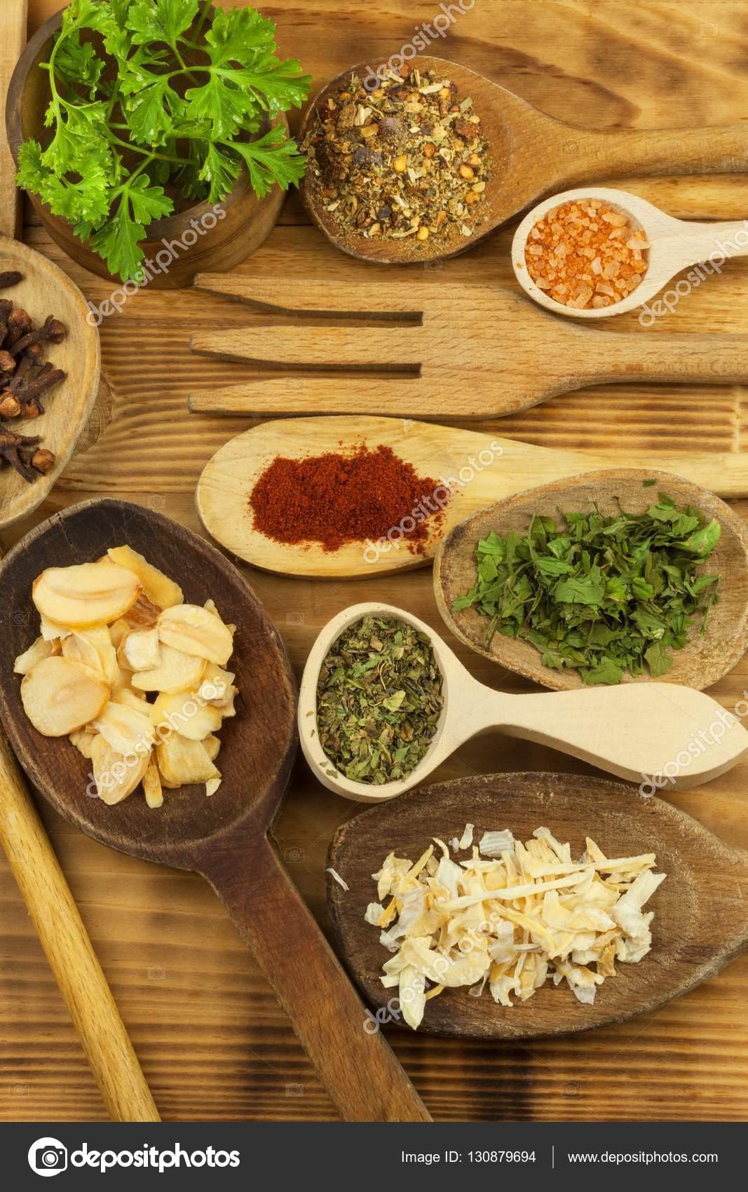 Verschiedene Arten von Gewürzen auf dem Küchentisch. Würzen von ...