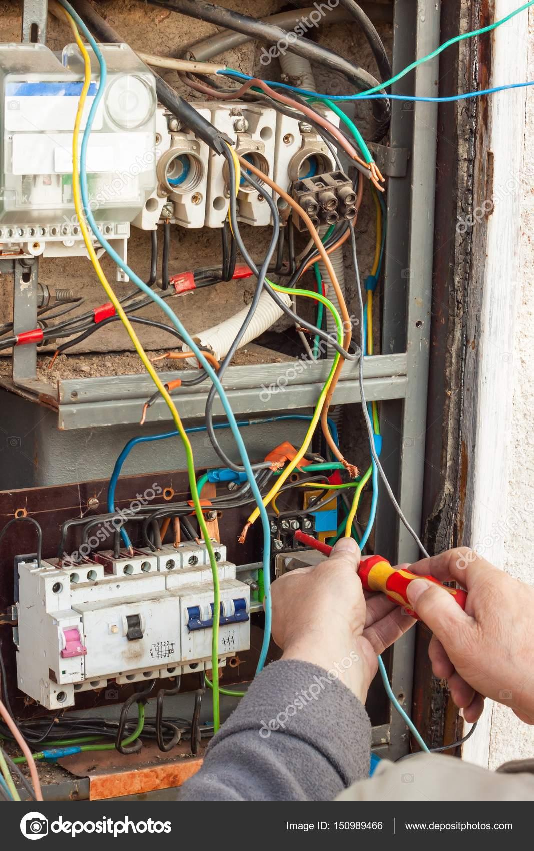 Die Reparatur der alten elektrischen Schaltanlagen. Elektriker ...