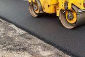 Nové asfaltové silnici. Práce na asfaltové silnici. Stavební práce