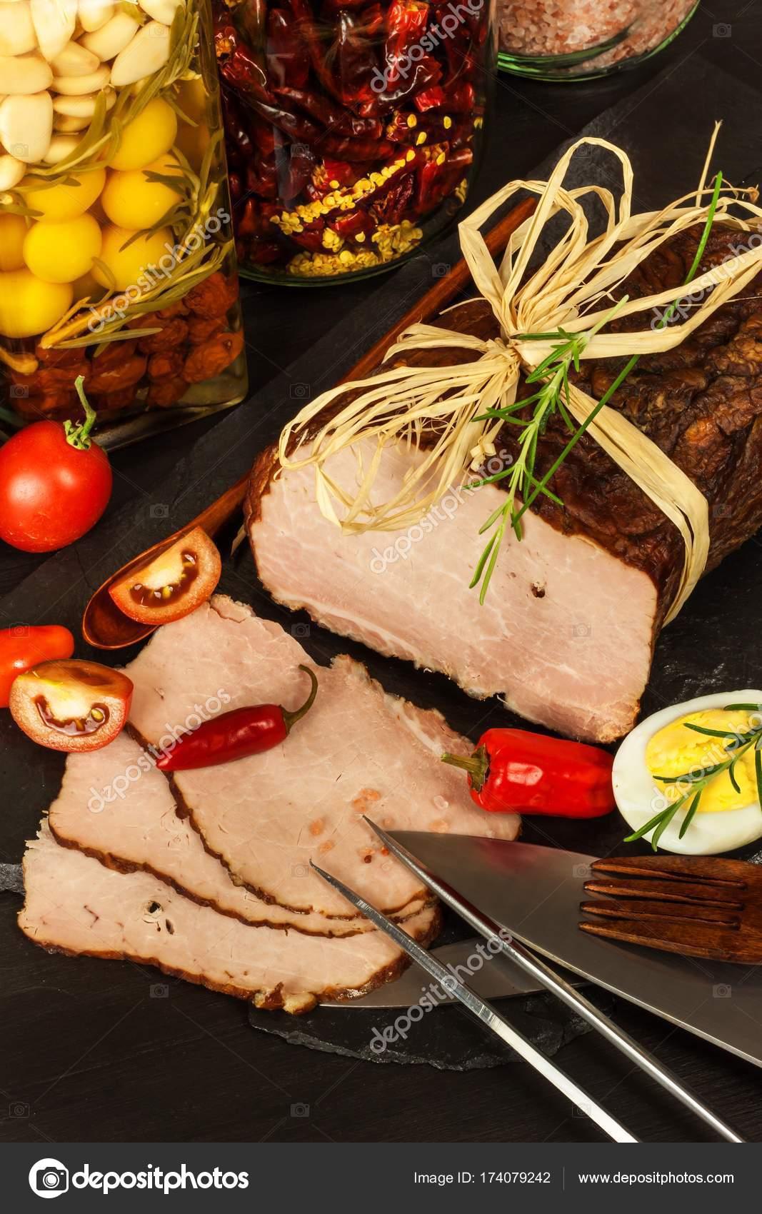 Traditionelle geräuchertem Fleisch am Küchentisch. Kulinarischen ...