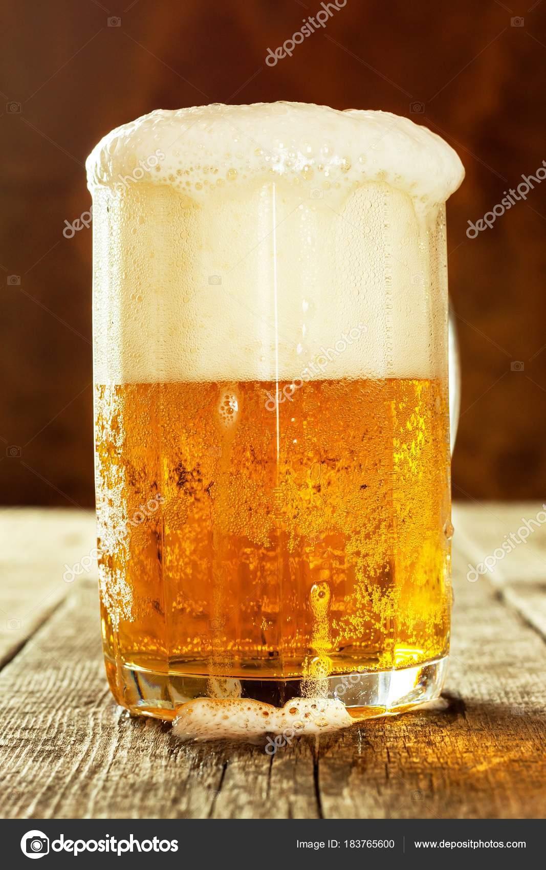 古い木製のテーブルでビールを一...