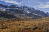 A piedi sul crinale di montagna Tunkinskij in Sayan orientale, Siberia orientale