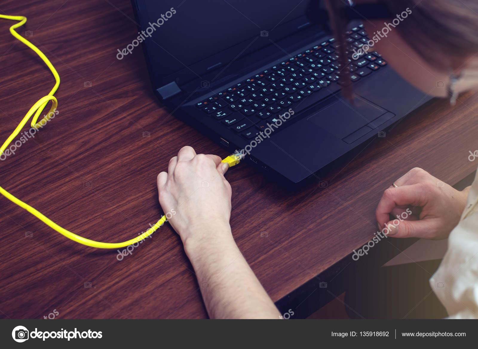 Frau Internetkabel an Stecker am Laptop anschließen — Stockfoto ...