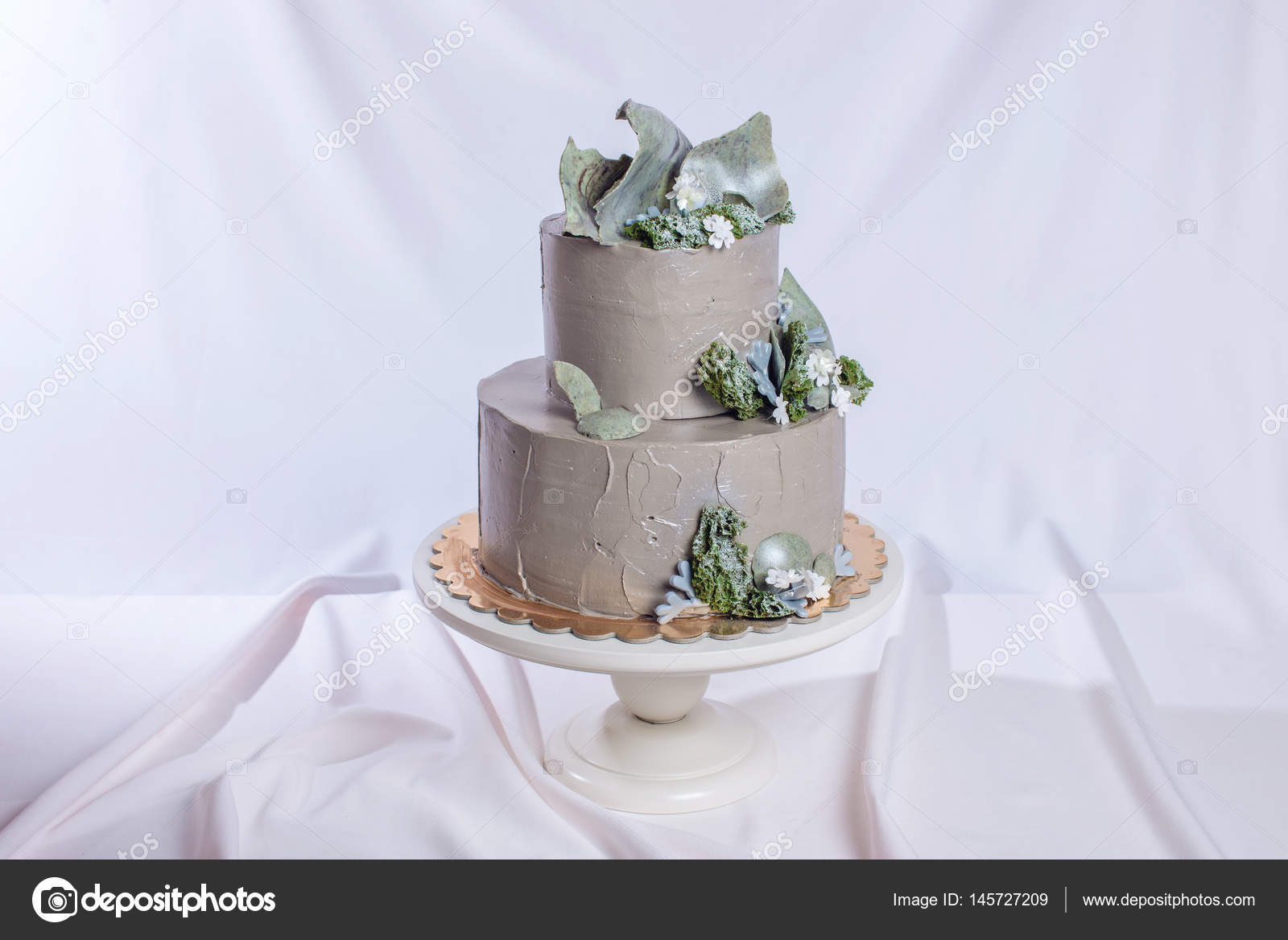 Hochzeitstorte Mit Stein Und Moos Und Wald Blumen Geschmuckt