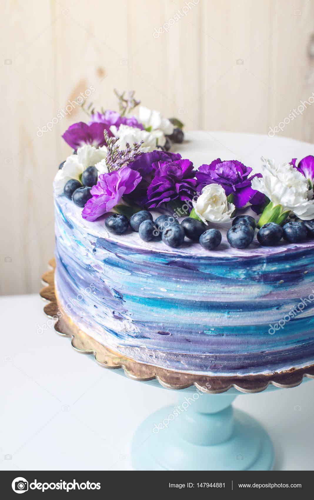 Bunte Hochzeitstorte Mit Schonen Lila Bluten Und Heidelbeeren