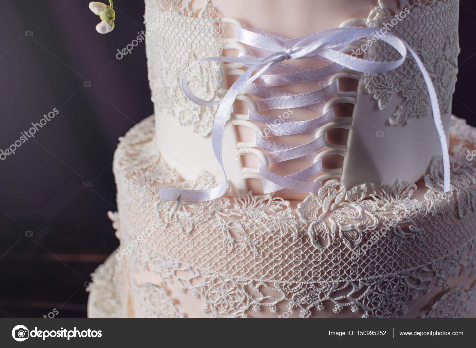 Pastel de boda como el vestido de corsé con rosas — Foto de stock ...