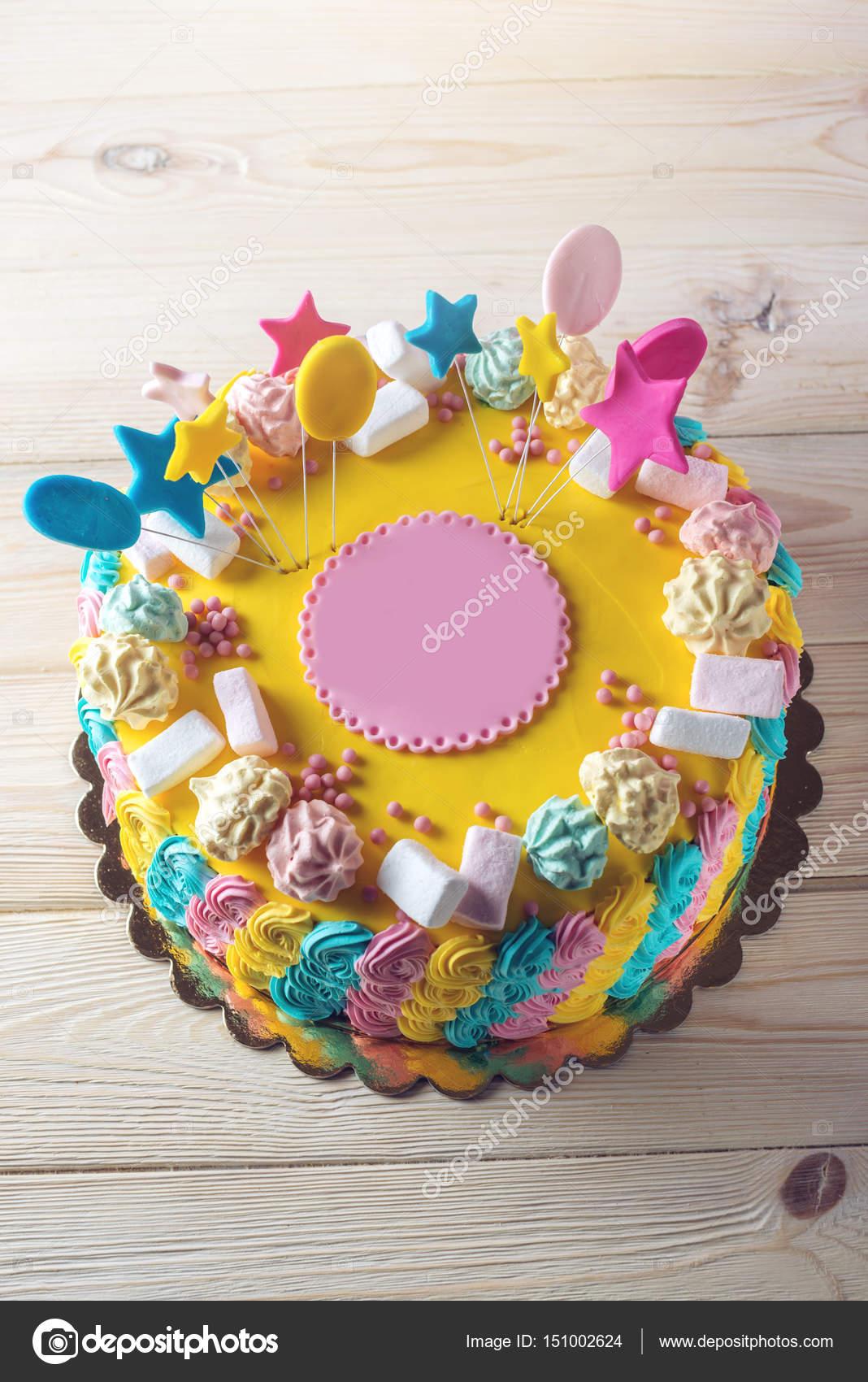 Bunte Kinder Kuchen Verziert Mit Marshmallows Und Baiser Stockfoto