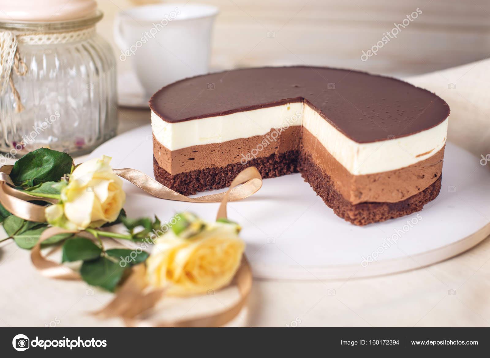 Gâteau Au Chocolat Faite De Trois Couches Différentes De Mousse Au