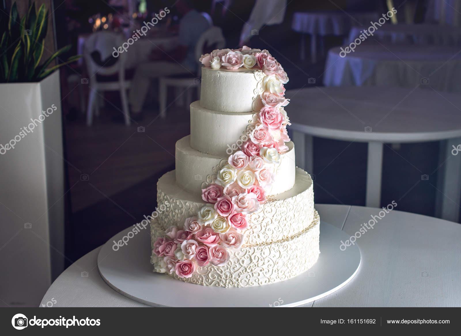 Eine Grosse Abgestufte Hochzeitstorte Dekoriert Mit Rosa Rosen Auf