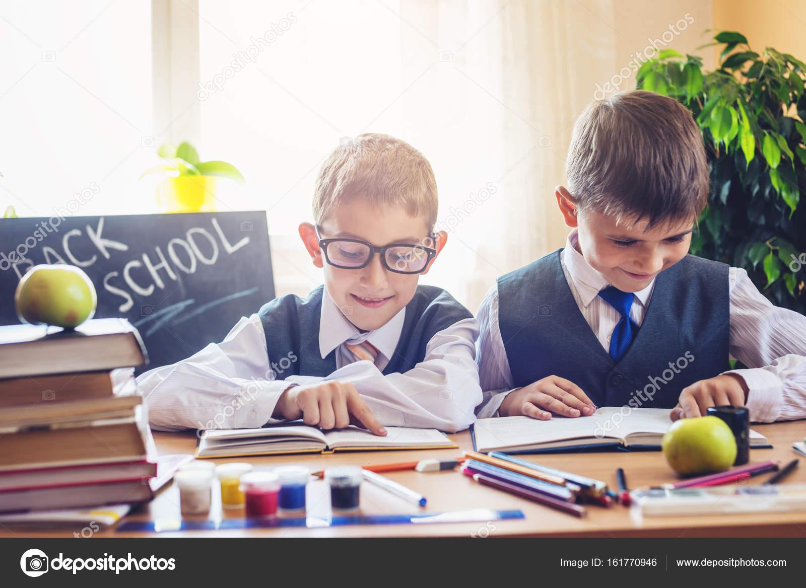 Scrivania Per Bambini Elementari : Ritorno a scuola bambini svegli seduti alla scrivania in aula