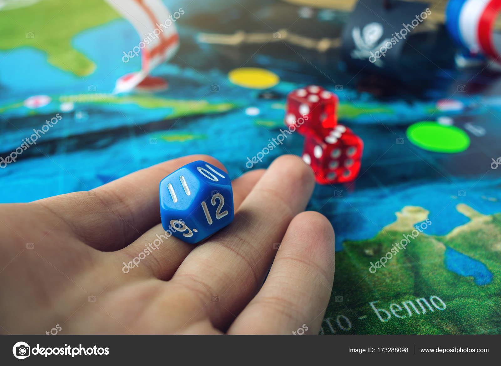 Mano Lanza El Dado Azul En El Mapa Mundial De Los Juegos De Mesa