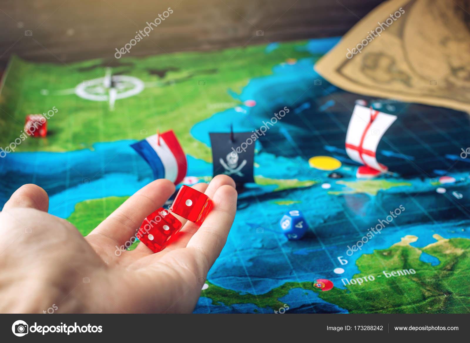 Mano De Lanzar Dados De Rojo En El Mapa Mundial De Los Juegos De
