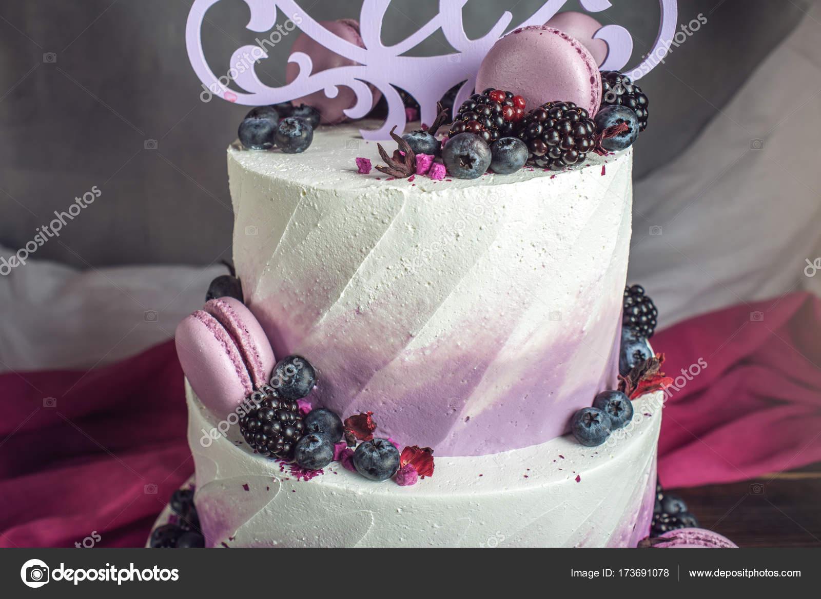 Schonen Leckeren Dreistockige Hochzeitstorte Dekoriert Mit Beeren